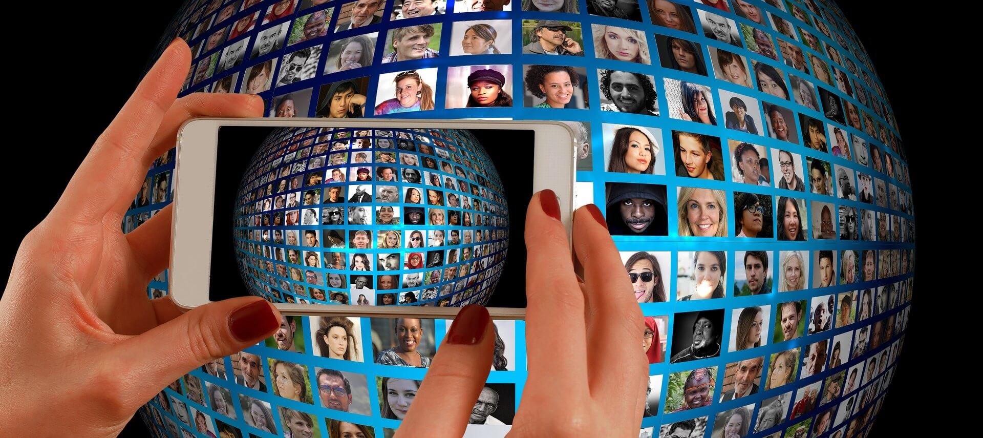 スマートフォンと人の写真